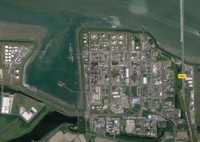 Dow met links Braakmanhaven en -dok.