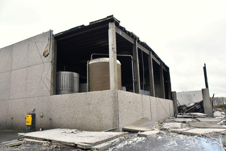 Er is al voorzichtig begonnen met de afbraak van het uitgebrande magazijn.