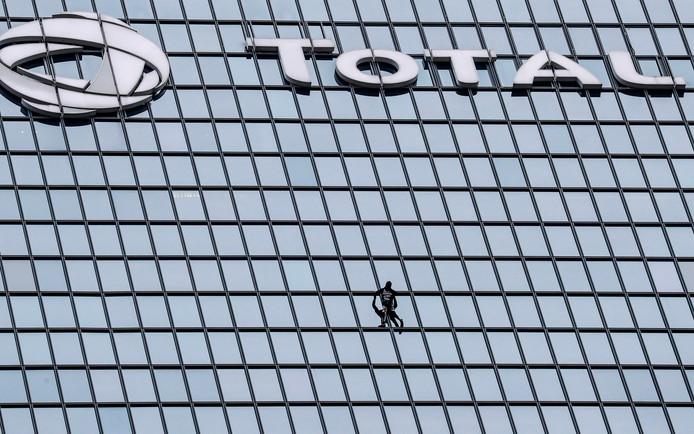"""Alain Robert, le """"Spider-Man"""" français, à l'assaut de la tour Total"""