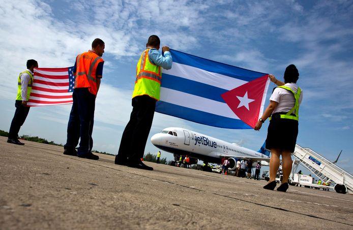 Luchthavenmedewerkers op het vliegveld van Santa Clara in Cuba verwelkomen in augustus 2016 JetBlue vlucht 387, de eerste commerciële vlucht tussen de VS en Cuba in meer dan vijftig jaar.