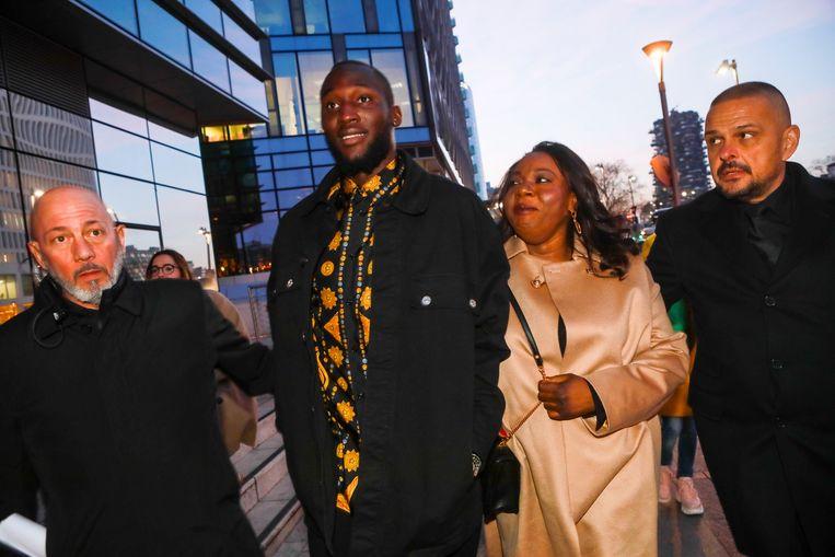Romelu Lukaku en zijn moeder Adolphine voor de corona-uitbraak op stap in Milaan