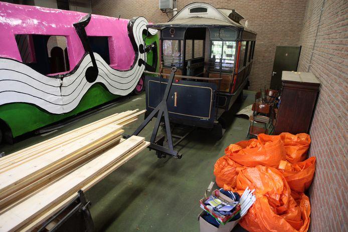 De paardentram op archiefbeeld (2010) in opslag naast de carnavalswagen in aanbouw.