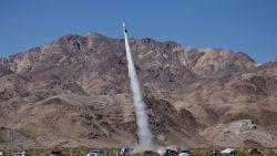 """""""Mad"""" Mike Hughes lanceert zichzelf met zelfgemaakte raket om te bewijzen dat de aarde plat is, maar komt om bij crash"""
