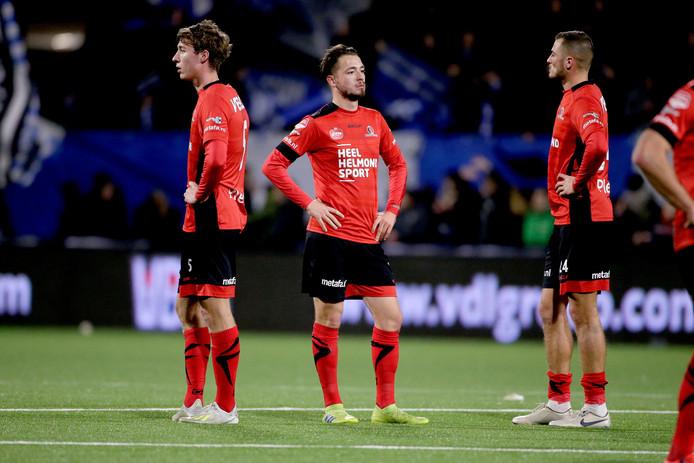 Spelers Helmond Sport zijn teleurgesteld na de wedstrijd tegen FC Eindhoven.