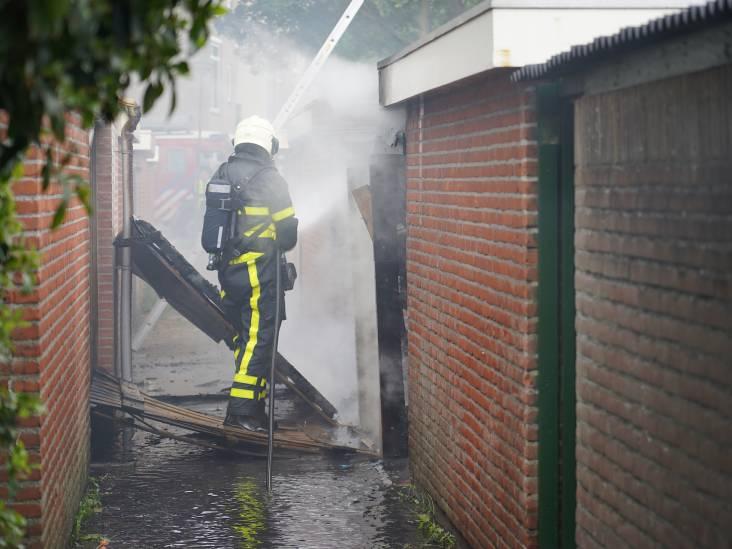Rijtjeswoning en vier schuurtjes in brand in Geertruidenberg