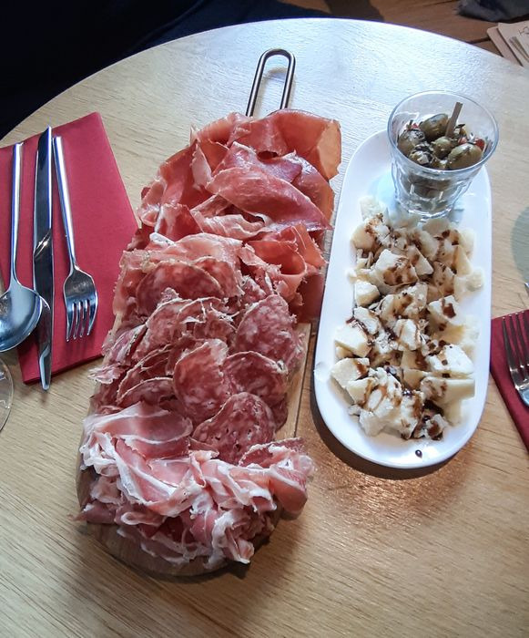 GILLIA selezione: vleeswaren, parmigiano, olijven.