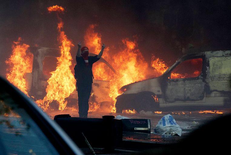 Een 150-tal agenten raakten gewond en ook elf voertuigen werden in brand gestoken.