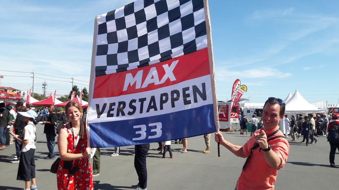 Nout en Jacqueline met hun vlag die veel bekijks trok in Suzuka.