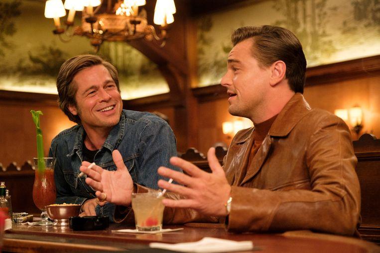 Tv-ster Rick Dalton (Leonardo DiCaprio) en zijn vaste stuntdubbel Cliff Booth (Brad Pitt) proberen aan de bak te komen in een filmindustrie die ze bijna niet meer herkennen. Scène uit Quentin Tarantino's film 'Once Upon a Time... in Hollywood'. Beeld -