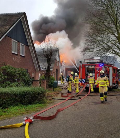 Veel schade bij grote brand bij bouwbedrijf in De Heurne: 'mijn broer wilde nog verder de schuur in'