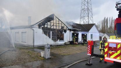 VIDEO: Woning in houtskeletbouw gaat volledig in vlammen op, bewoonster ernstig verbrand