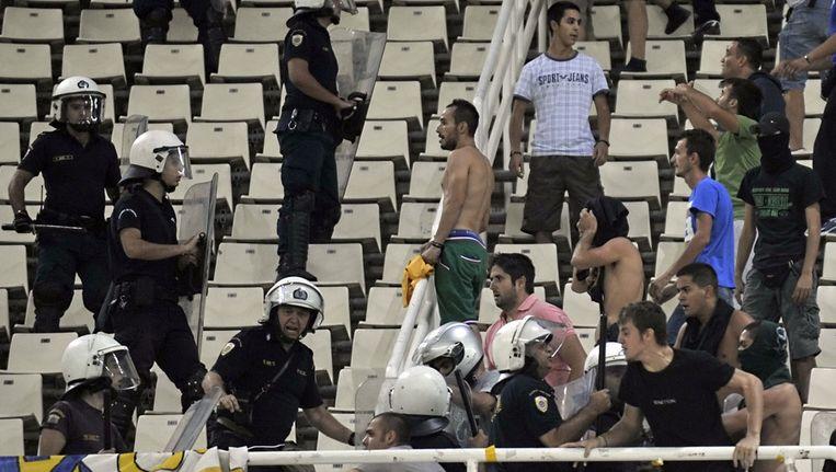 Rellen tussen rivaliserende fans zijn schering en inslag in het Griekse voetbal. Beeld