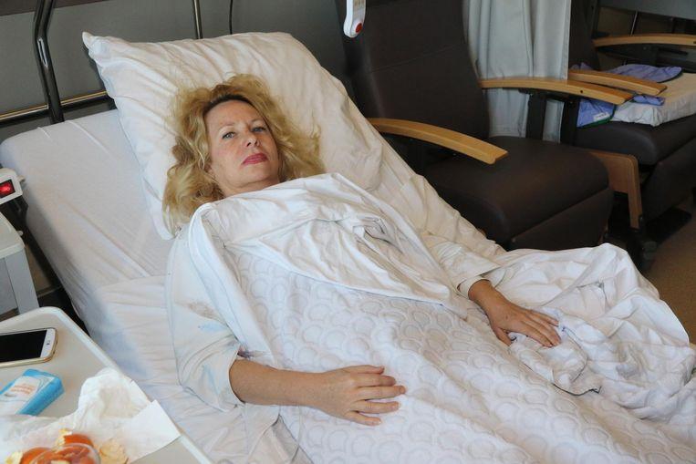 Annemiek ligt in het ziekenhuis met drie gebroken ribben.
