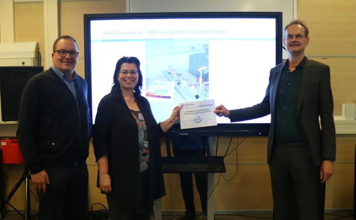 Herjan Reuten, Brenda Witzier en Durk Bijma bij de ondertekening van de overeenkomst.