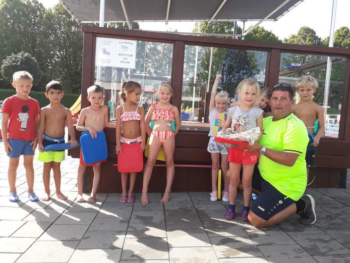 Nele van 6 wordt in het zonnetje gezet als 40.000ste bezoeker van zwembad Lobeke.