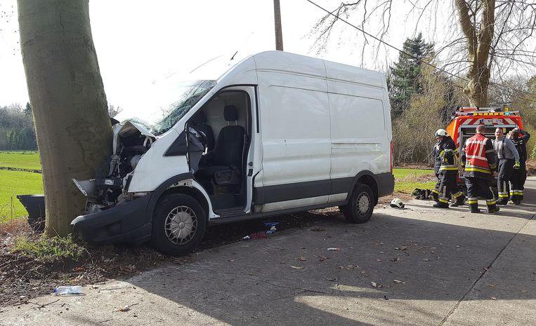 De bestelwagen crashte frontaal tegen de boom.
