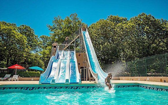 Camping Les Plans beschikt over een groot waterpark, waaronder ook dit zwembad met waterglijbanen.