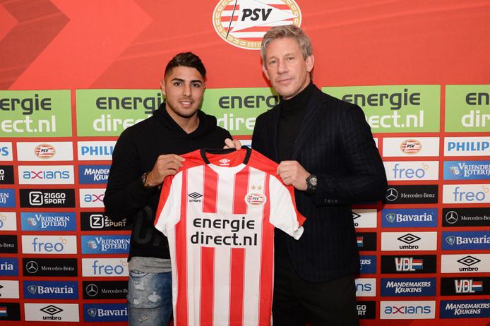 Maximiliano Romero met technisch directeur Marcel Brands van PSV.