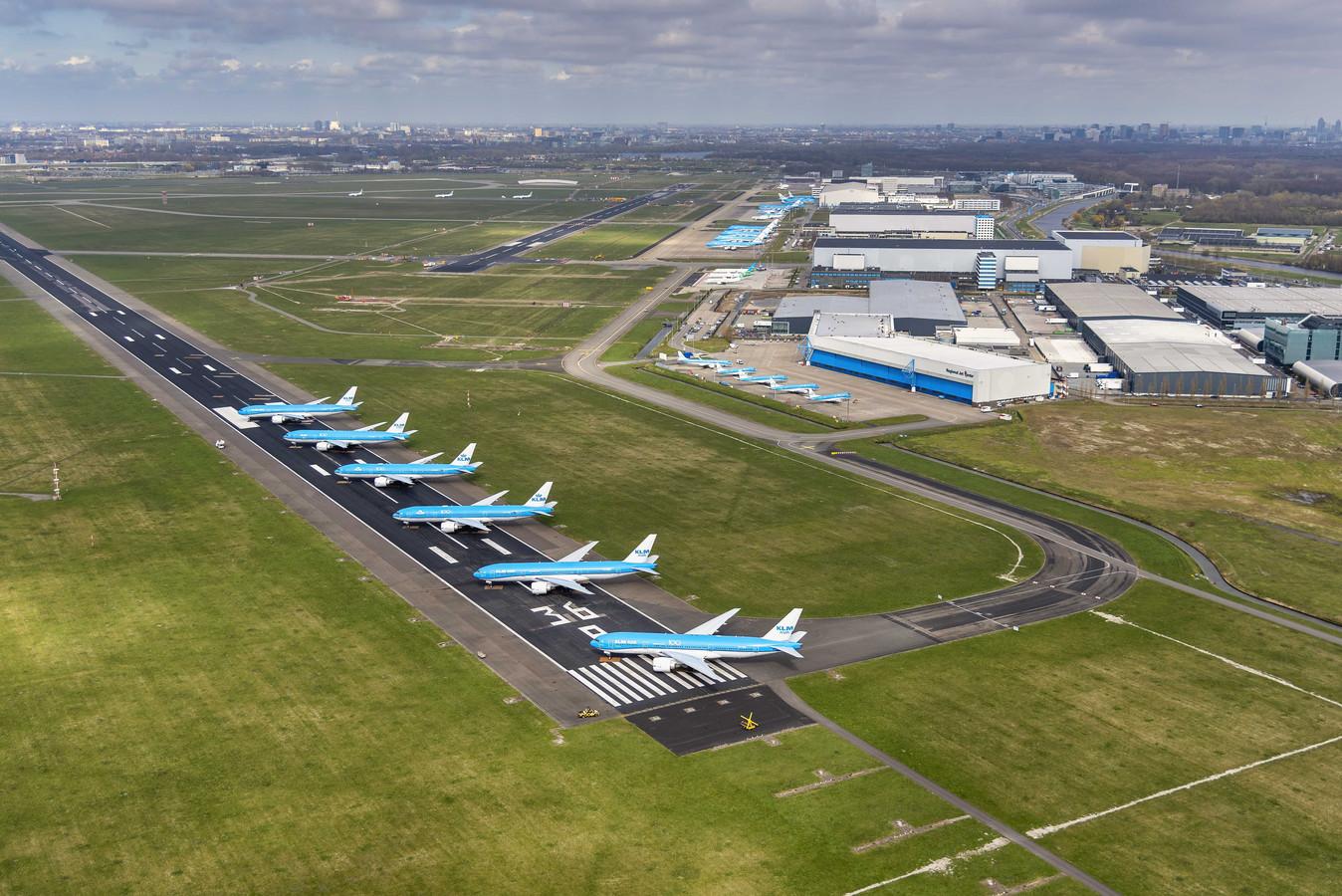 2020-04-02 15:26:10 SCHIPHOL - Luchtfoto van vliegtuigen van KLM die geparkeerd staan op de Aalsmeerbaan. Omdat het vliegverkeer door het coronavirus grotendeels plat ligt is er behoefte aan extra parkeerruimte voor vliegtuigen.