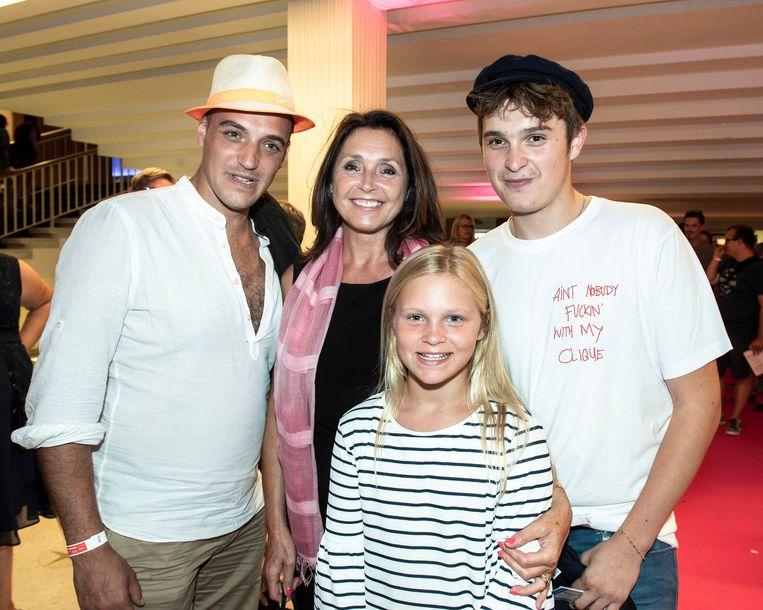 Met haar kroost: Dylan (34), Clément (18) en Estelle, de dochter die ze tien jaar geleden kreeg met Frans.