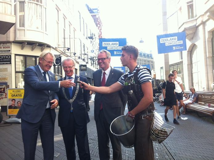 Opening van de Zeeuwse ambassade, voor Nieuwspoort op de Lange Poten: Jaap Smit, Jozias van AartsenHan Polman, en oesterman Yaron Bindels (van links naar rechts).