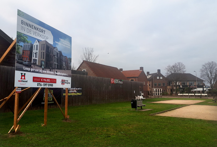 Het bord voor de nieuwbouw van appartementen in het centrum van Rucphen. Foto Alfred de Bruin