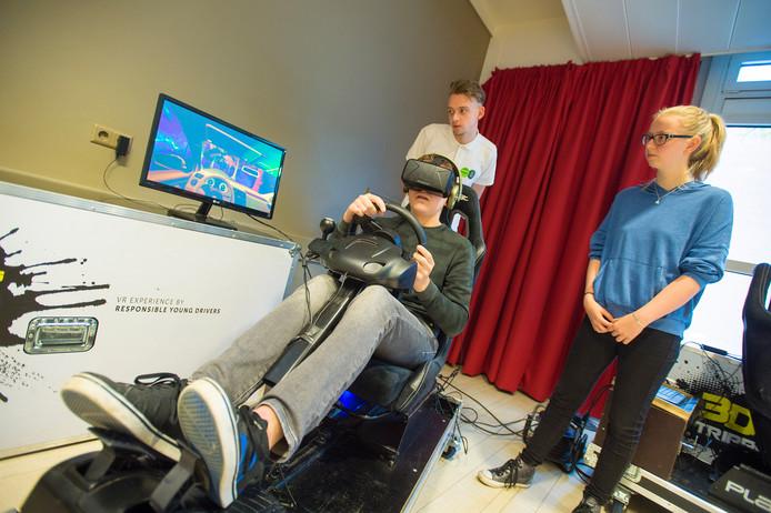 Koen Berenschot rijdt binnen de kortste keren iemand aan in de simulator. Klasgenoot Renate Korsten: ,,Kan je nagaan als je dan in een auto zit en bijvoorbeeld 80 kilometer per uur rijdt.''