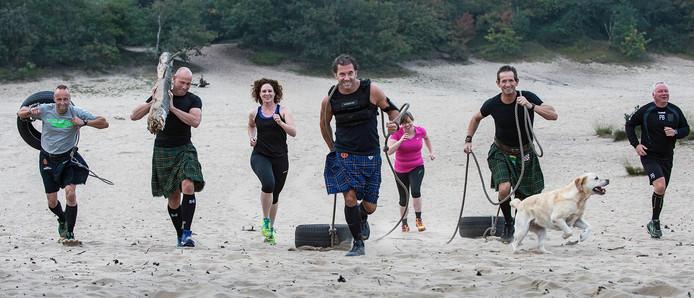 Sjorren en sjouwen door oerrunners tijdens de Dune Games op Herperduins zand.