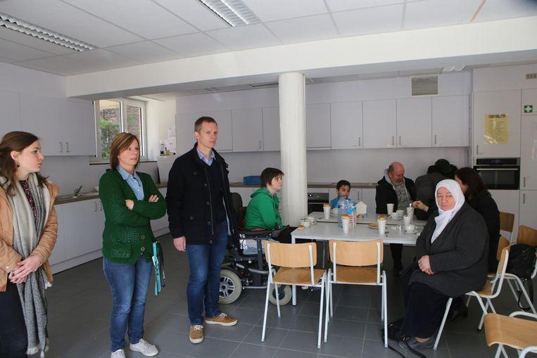 Enkele van de buurtbewoners die opvang kregen op de schoolcampus, waar hen koffie, soep en sandwiches werd aangeboden.