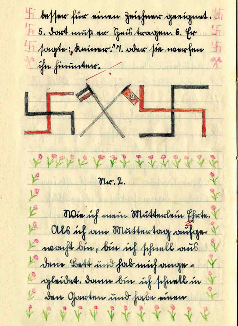 Schrift van de 14-jarige Franz-Karl met swastika's. Beeld Nora Krug