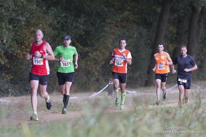 Deelnemers bezig aan de 40ste editie van de Zandstuve Boslopen in Vrooomshoop.