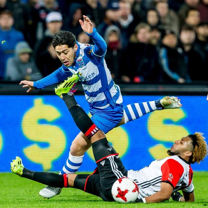 PEC Zwolle speler Anass Achahbar (l) in duel met Feyenoord speler Tonny Vilhena (r)