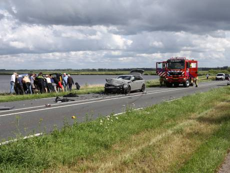 Geen dode maar drie gewonden bij frontale botsing bij Nijkerkersluis