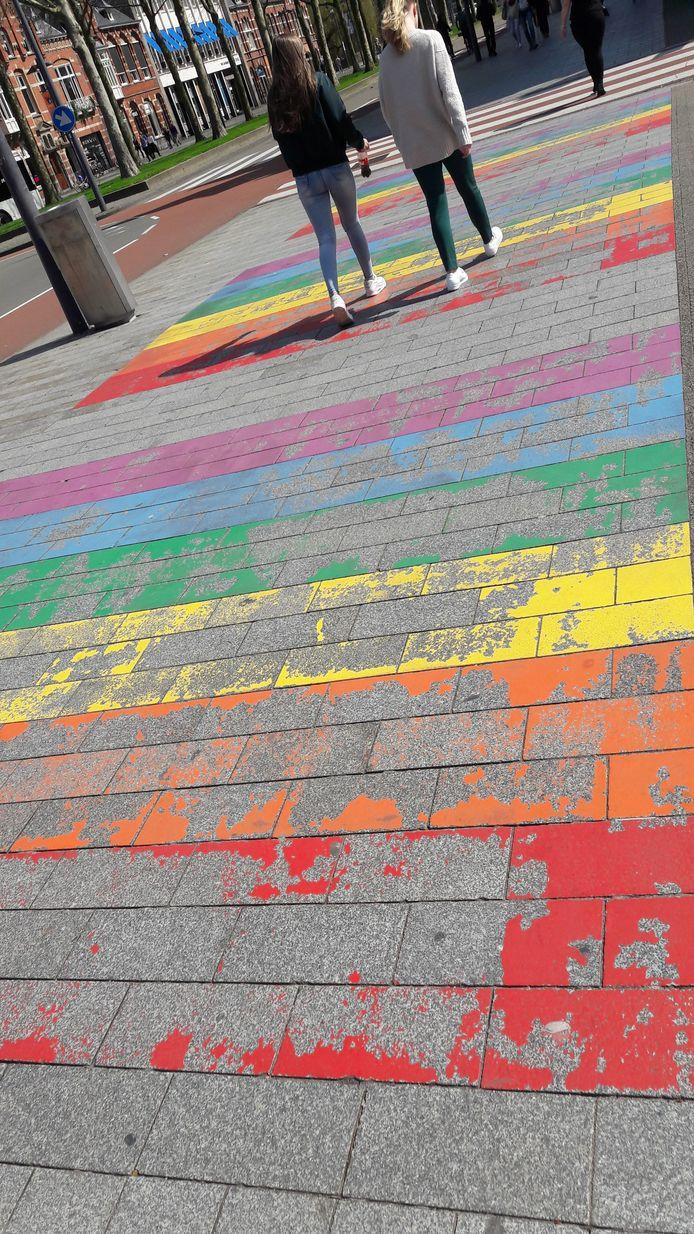 Van het regenboogzebrapad is weinig meer over