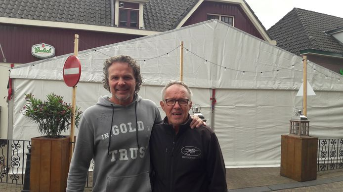 Uitbater Marco Jansen (links) en zijn vader Richard voor eetcafé Jansen & Jansen, waar een partytent is neergezet voor de borrel van de Meilandjes. ,,We verwachten 60 tot 65 gasten'', zegt Marco.