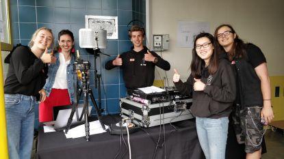 Leerlingen VTI Spijker maken zelf radio op de speelplaats