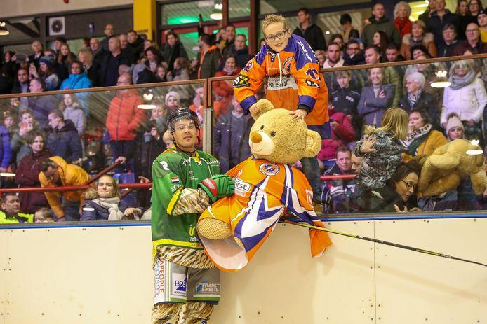 Tygo Clijsen  tijdens het 'knuffelgooien' bij de ijshockeywedstrijd van Geleen Eaters, zondagavond. Links zijn idool: de Eindhovense ijshockeyinternational Nick Verschuren.