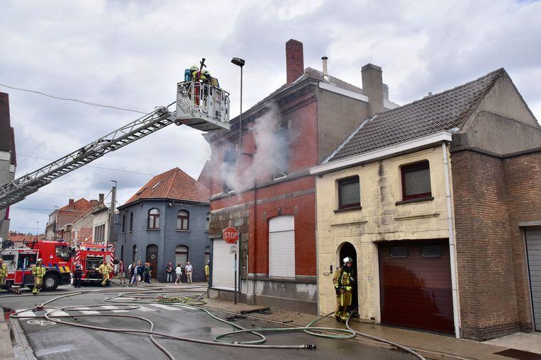 De brand richtte zware schade aan op de bovenverdieping van de woning op de hoek van de Ardooisesteenweg met de Spinnersstraat.