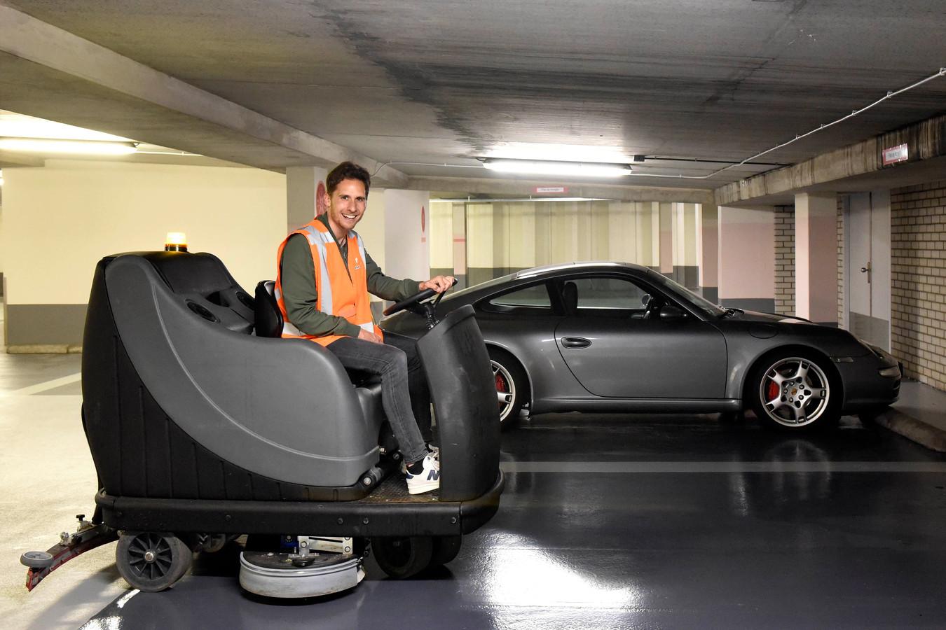 Als servicemedewerker maakt Eelco Brandes parkeergarage Castellum weer spic en span. Het rijden op de schoonmaakmachine gaf een vrij gevoel.
