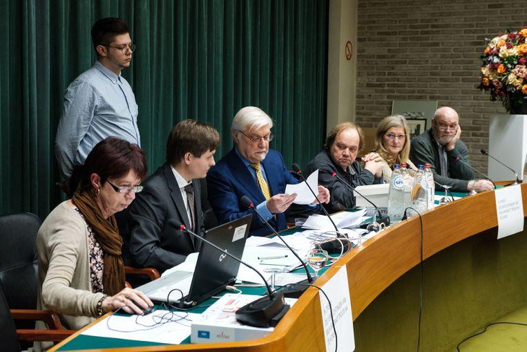 De installatievergadering in Schelle, met van rechts naar links Karl Van Hoofstat, Vera Goris, Geert Rottiers, Rob Mennes en gemeenteraadsvoorzitter Pieter Smits.