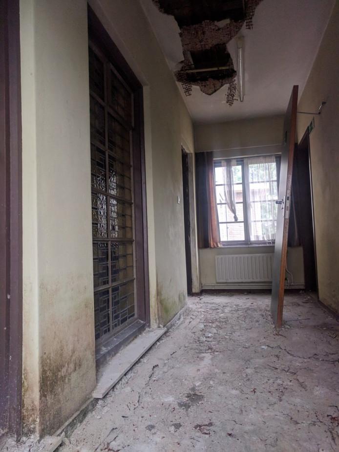 Gang in de voormalig kazerne van de Koninklijke Marechaussee aan de Doctor Batenburglaan in Breda. Juli '17 werd het object te koop gezet, potentiële kopers konden 5-9-17 voor het eerst komen kijken.