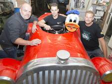 Donald Duck uit Enter racet de berg af in Valkenburg
