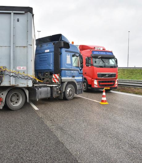 Vrachtwagen geschaard op A16 richting Breda