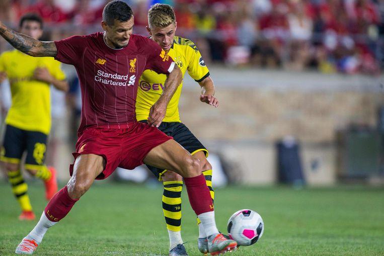 Thorgan Hazard gaat in duel met Liverpool-verdediger Dejan Lovren.