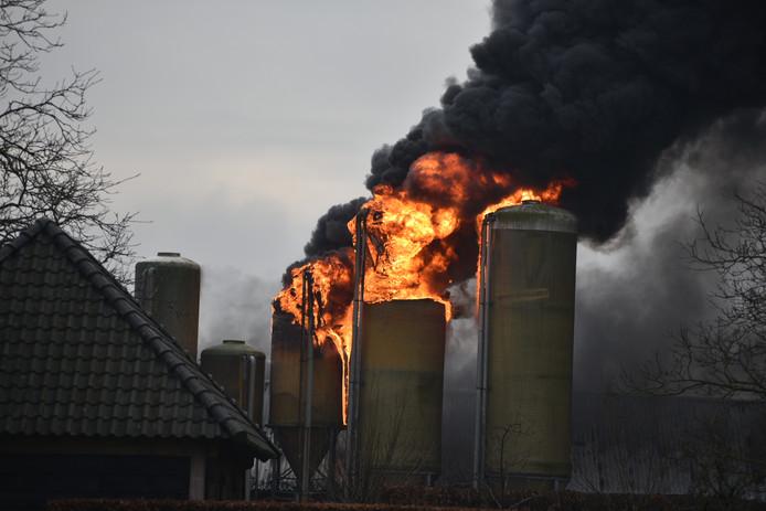 Brand in stal en silo's in Biezenmortel.