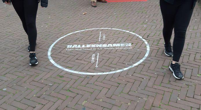 In de centra van Rijssen en Holten zijn sinds kort cirkels met een diameter van 1,5 meter getekend om bezoekers te wijzen op de voorgeschreven afstand tot anderen.