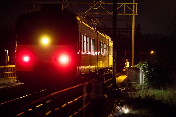 Medewerkers van de NS onderzoeken de trein.