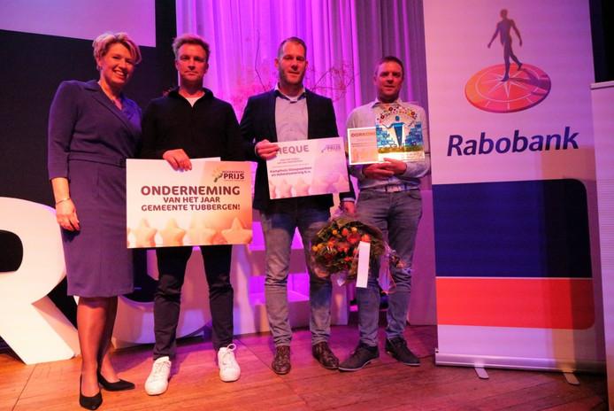 Winnaars eerste Ondernemersprijs Tubbergen, ondernemer van het jaar werd Kamphuis Sloopwerken en Asbestsanering uit Reutum. De prijs werd uitgereikt door wethouder Ursula Bekhuis.