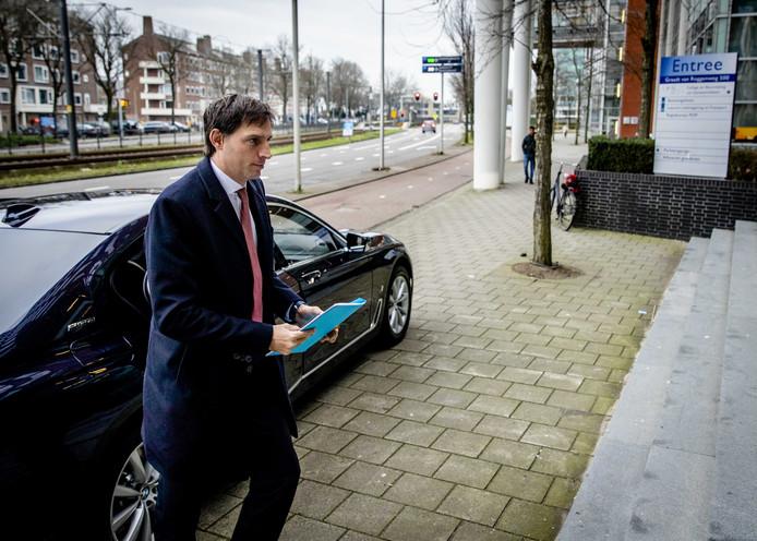 Minister Wopke Hoekstra van Financiën bij een recent bezoek aan een kantoor van de Belastingdienst.