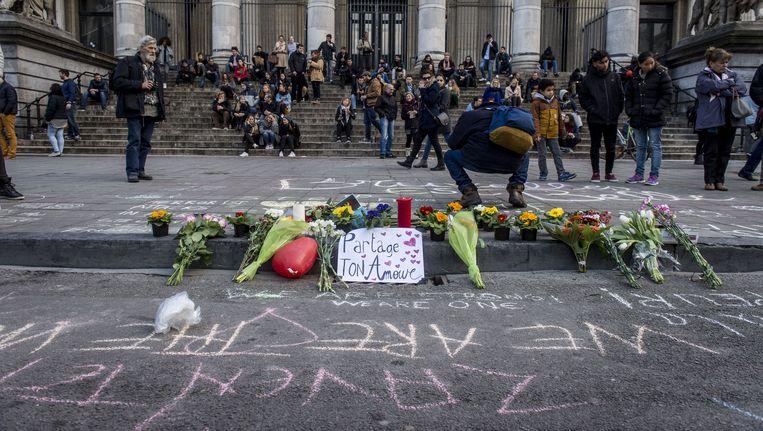Op het Brusselse Beursplein worden met krijt leuzen en boodschappen van steun en liefde geschreven Beeld anp
